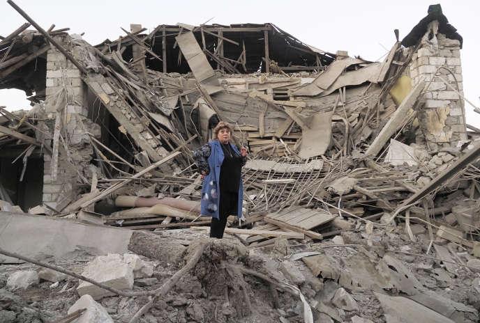 Une habitante de Stepanakert devant son habitat détruit.
