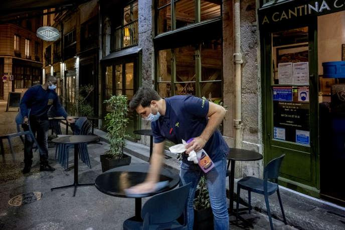 Les employés du restaurant A Cantina rangent la terrasse à 20 h 50 avant le couvre-feu du 18 octobre.